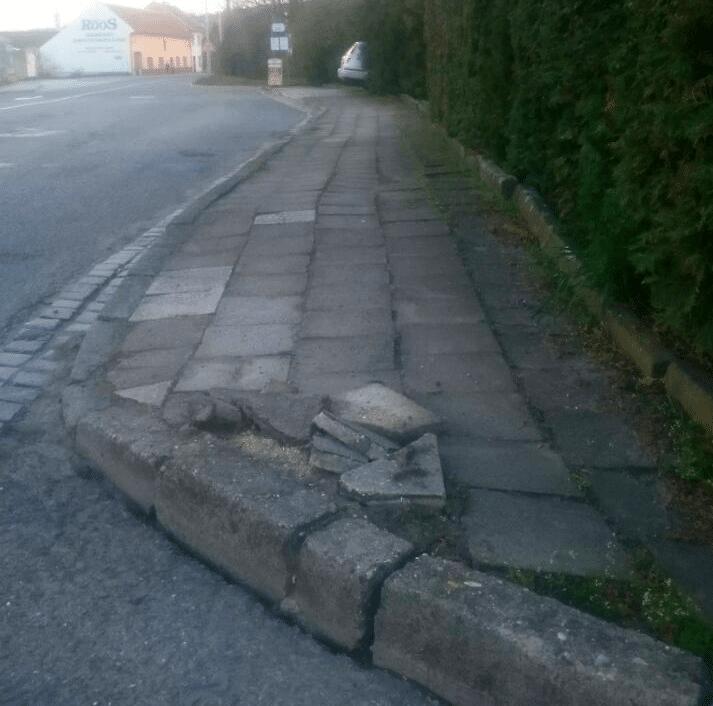 Částečná oprava chodníku u autobusové zastávky